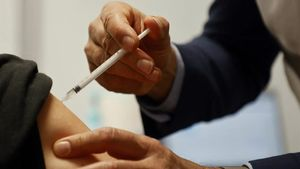 Una mujer embarazada recibe la vacuna de AstraZeneca en el El Estadio de Francia, situado en Saint-Denis, a norte de París, este viernes.