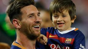 Messi, con su hijo Thiago, en la celebración de un título del Barça.