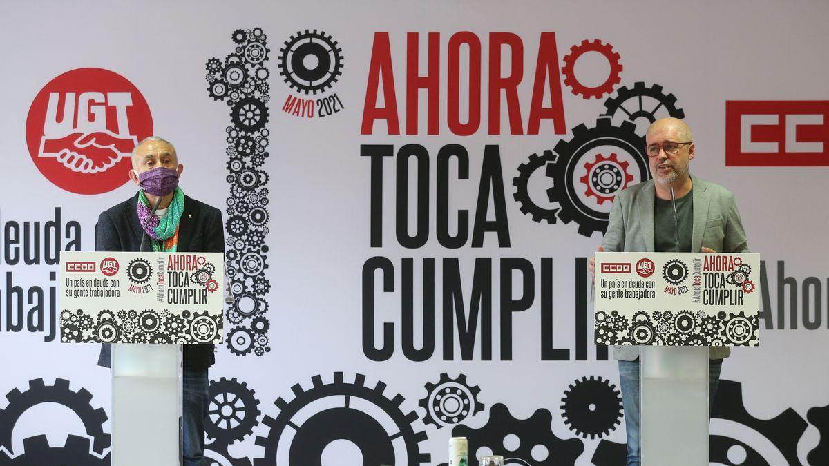 El secretario general de UGT, Pepe Álvarez (i) y el secretario general de CCOO, Unai Sordo (d) intervienen durante la presentación de los actos de conmemoración del Primero de Mayo, a 22 de abril de 2021, en Madrid (España).
