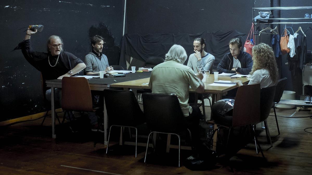 Homar, a la izquierda, junto al resto del equipo, preparando la obra con el resto del equipo.