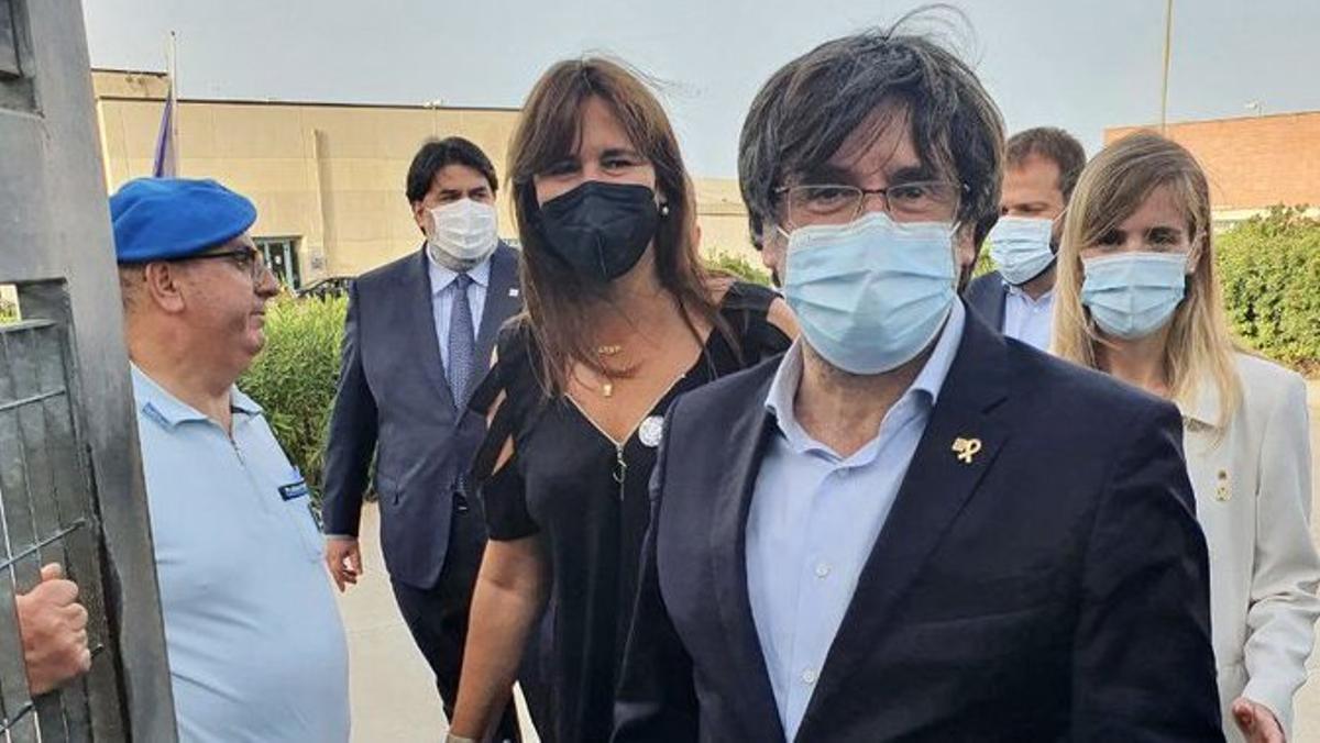 Carles Puigdemont, a su salida de la prisión de máxima seguridad de Bancali, en Sassali.