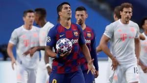 Suárez se lamenta tras encajar en Lisboa uno de los ocho goles del Bayern.
