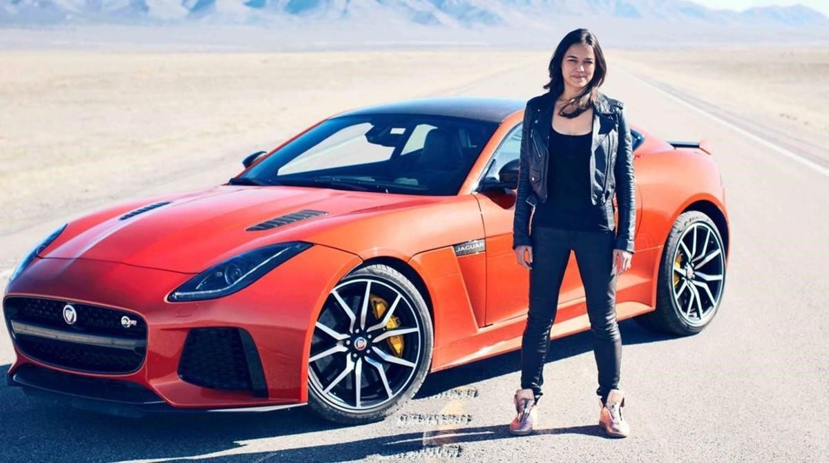 La actriz Michelle Rodriguez, al lado de un Jaguar.