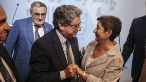 Enric Millo felicita a Teresa Cunillera tras la toma de posesión del cargo.