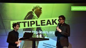 Volker Gassner, responsable de comunicación de Greenpeace, izquierda; y el responsable del deaprtamento de polìtica, Stefan Krug, durante una rueda de prensa en Berlín, este lunes.