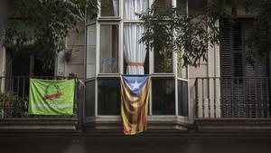 'Estelada' en en un balcón de la calle Girona de Barcelona.