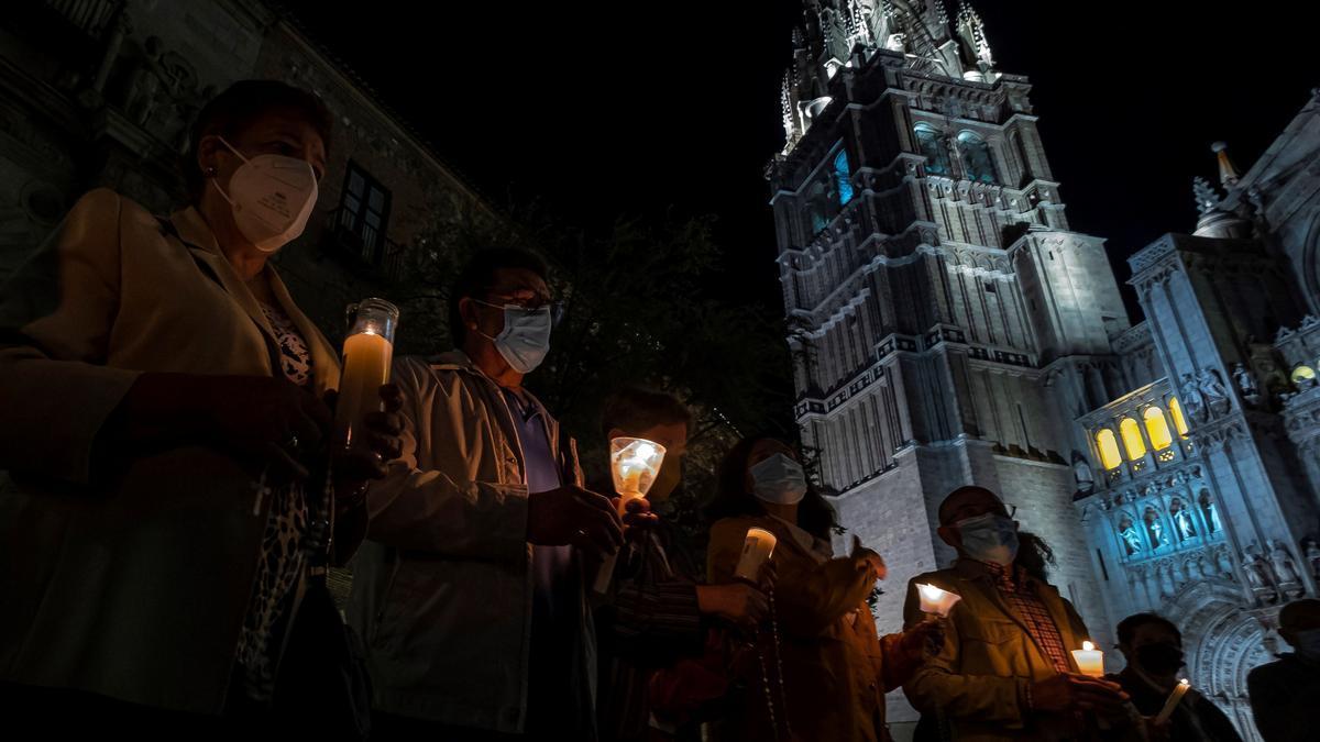 Rezan con velas ante la Catedral de Toledo como acto de reparación tras vídeo