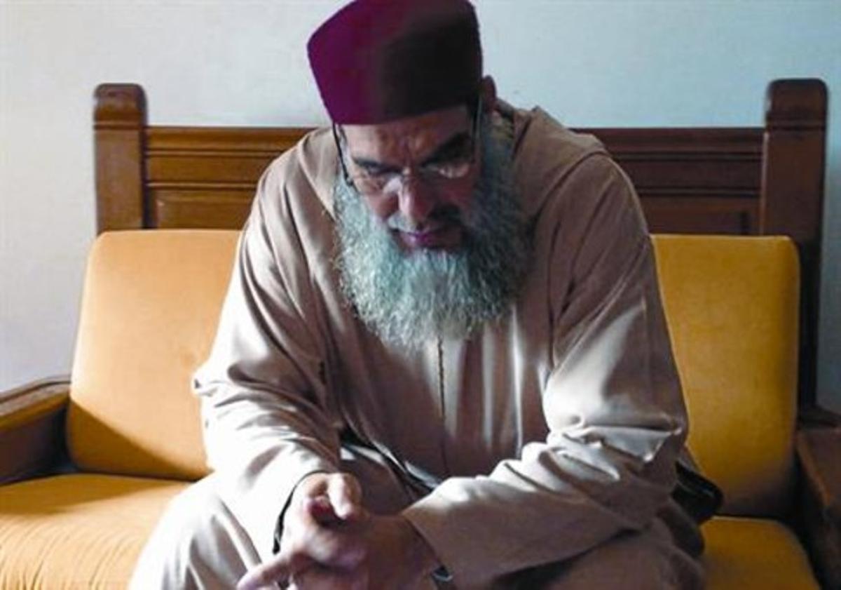 Polígamo convencido 8 Mohamed Fizazi, profesor de francés, sentado en una de sus casas en Tánger.
