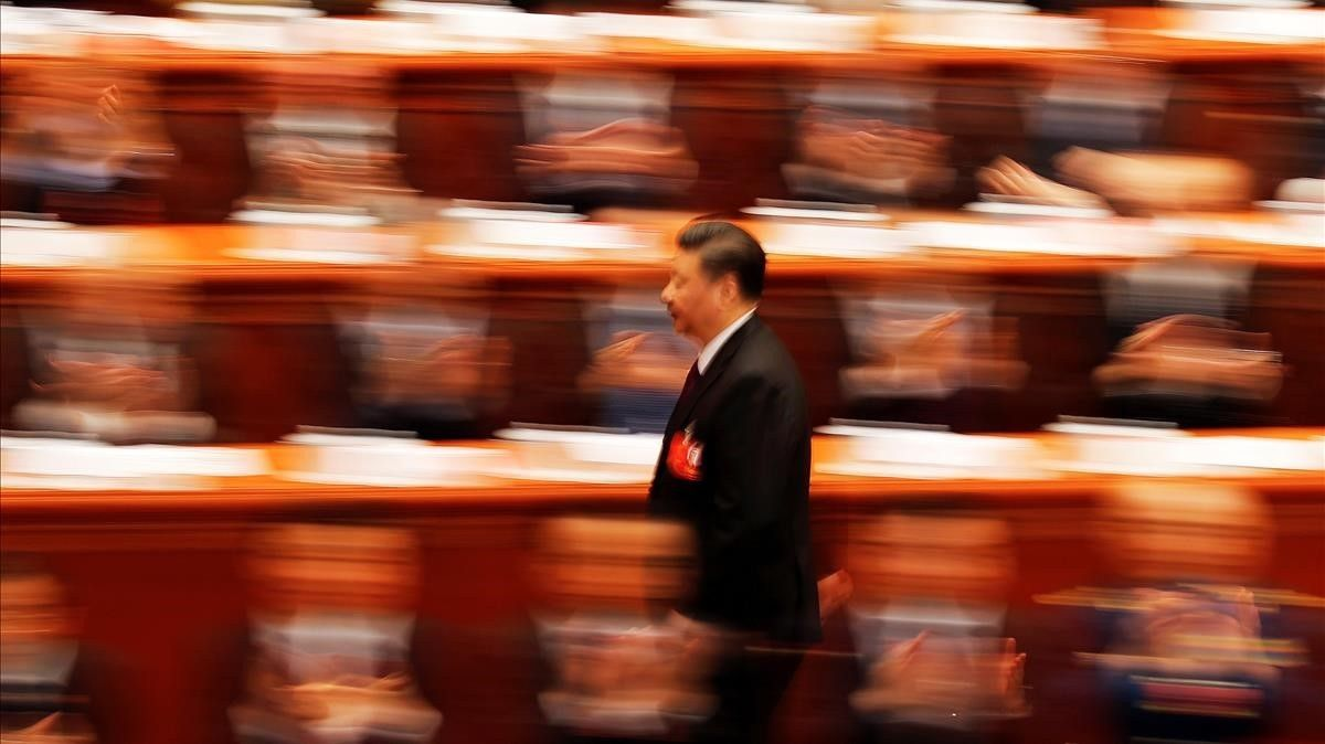Xi Jinping camina frente a los delegados de la Asamblea Popular.