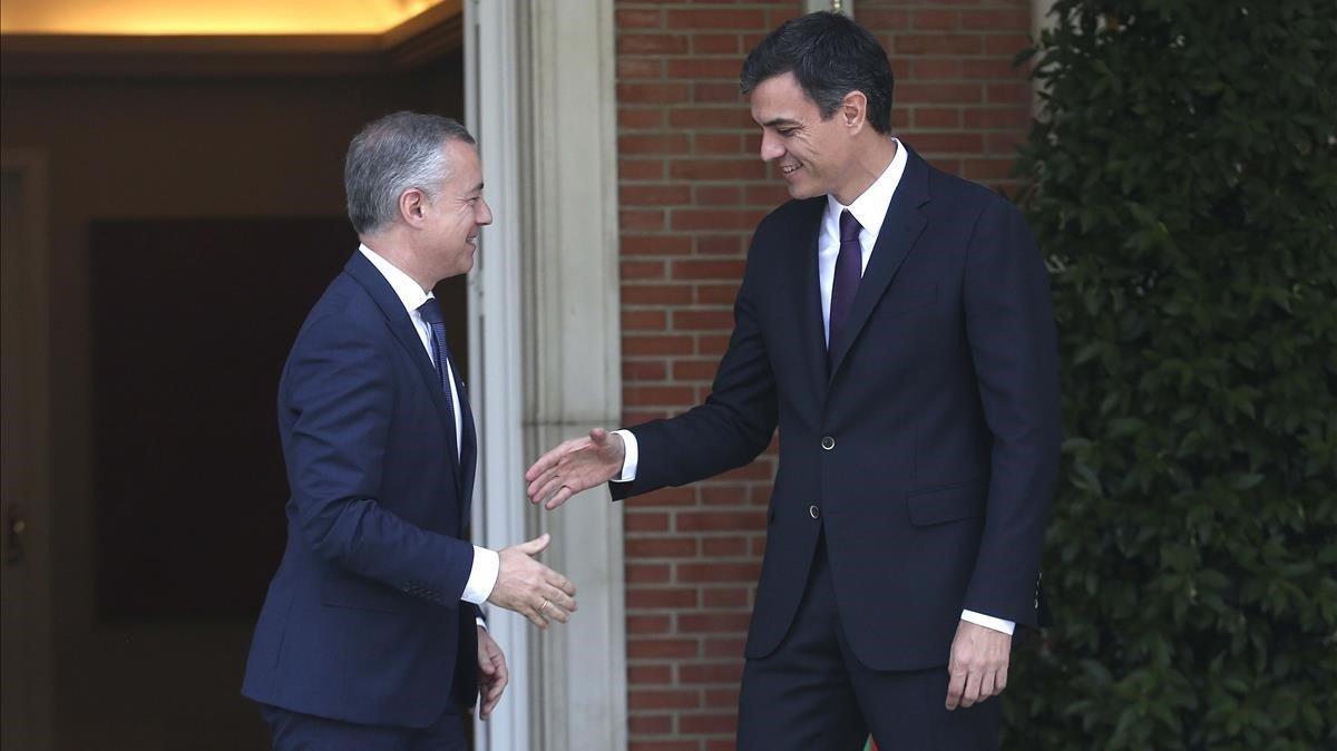 El presidente del Gobierno, Pedro Sánchez, junto al lehendakari, Iñigo Urkullu, en una de sus visitas a Moncloa
