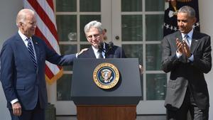 El juez Merrick Garland en marzo del 2016 en la Casa Blanca junto al entonces presidente Barack Obama y el vicepresidente Joe Biden , el día que que fue nominado para formar parte del Tribunal Supremo.