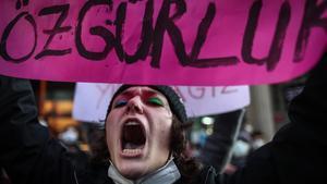 Activista grita eslóganes en el transcurso de la manifestación por Día de la Mujer en Estambul, el 8 de marzo.