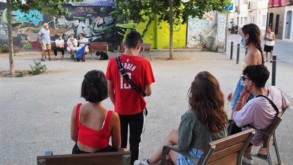 Un grupo de jóvenes pasa la tarde charlando en unos bancos públicos que, tradicionalmente, solían ser un espacio ocupado por la gente mayor.