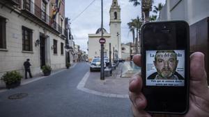 Imagen en un 'smartphone' de MiguelRicart, el asesino de las niñas de Alcàsser, en la plaza del ayuntamiento de la localidad valenciana.