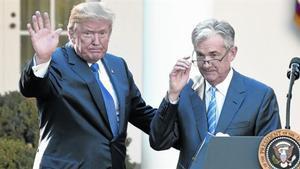 Donald Trump saluda junto a Jerome Powell, en su presentación comopresidente de la Reserva Federal de Estados Unidos.
