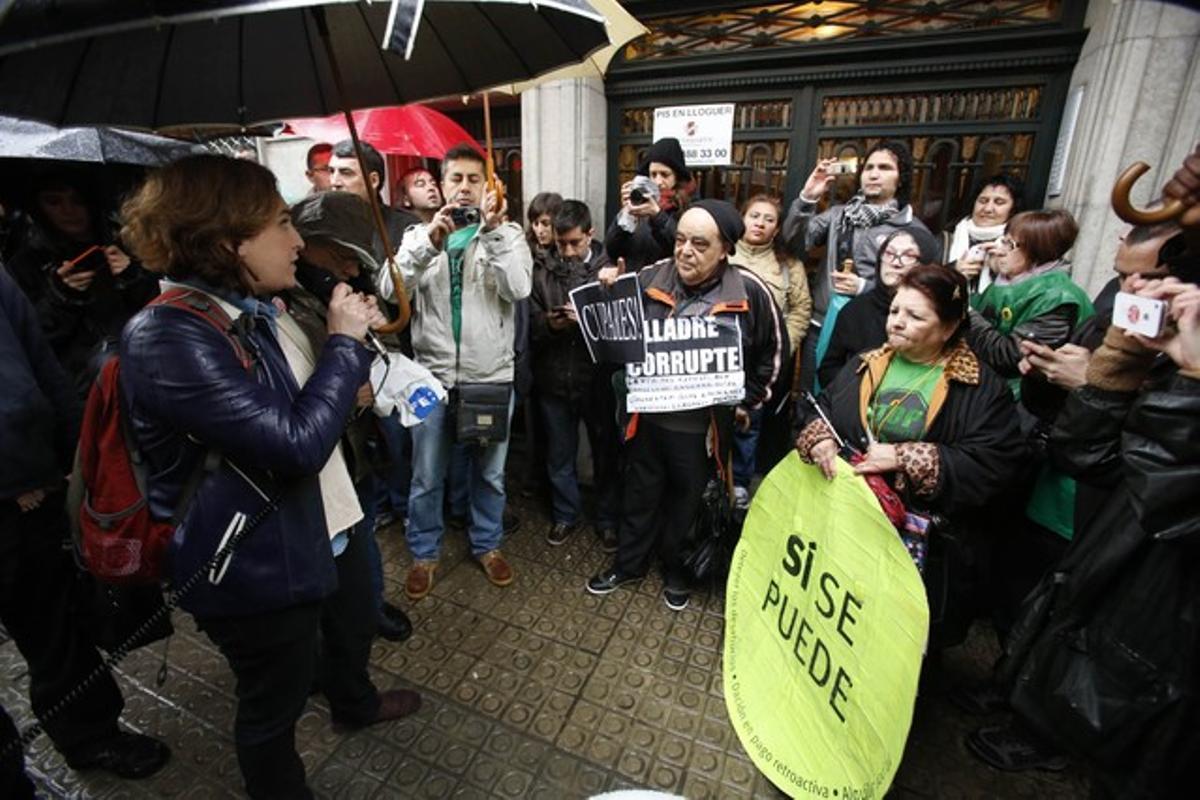 Ada Colau, micrófono en mano, y otros miembros de la PAH delante del domicilio de la diputada del PP Ángeles Esteller.