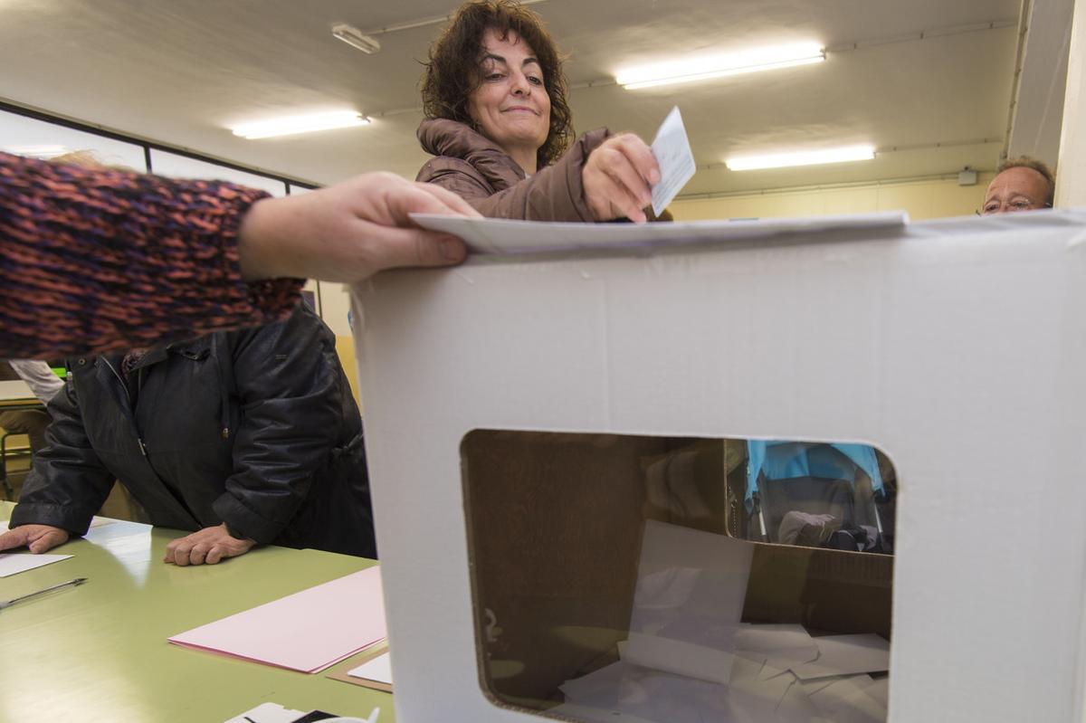 Una mujer participa en la consulta del 9-N.