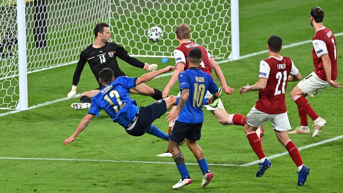 Pessina marca el segundo gol de Italia a Austria.