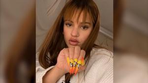 Rosalía torna a presumir de manicura personalitzada