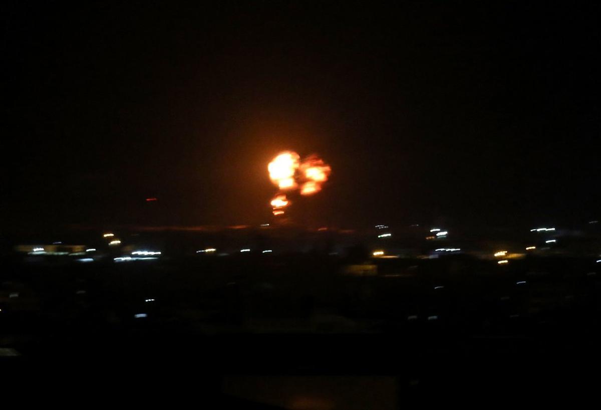 Los ataques es en respuesta por el lanzamiento de globos con explosivos que están provocando decenas de incendios en zona israelí.