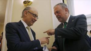 El ministro de Hacienda, Cristobal Montoro, yel consejero de Hacienda vasco,Pedro Azpiazu,trasratificar el acuerdo sobre el cupo vasco en julio.