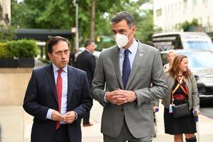 El presidente del Gobierno, Pedro Sánchez, conversa con su ministro de Exteriores, José Manuel Albares, en el exterior de la residencia del embajador español ante la ONU, en el Upper East Side de Nueva York, este 22 de septiembre de 2021.