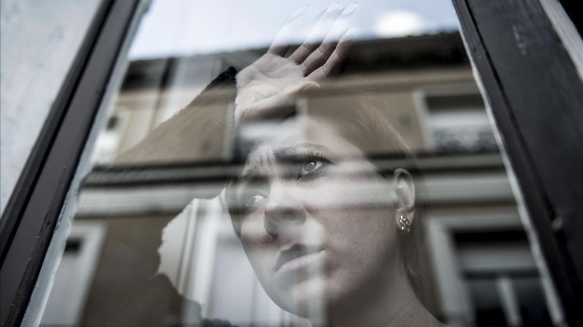 La mirada perdida de una mujer resume la angustia que genera la depresión.