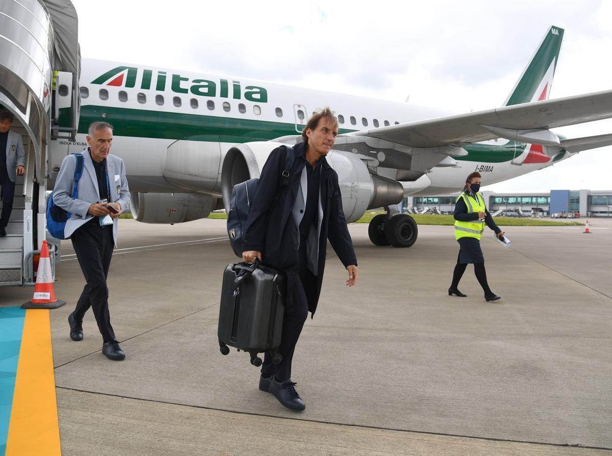 Mancini, a su llegada al aeropuerto de Londres.