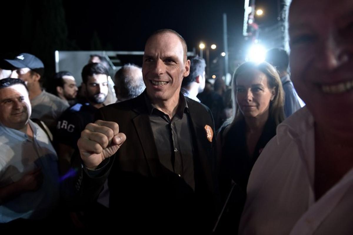 El ministro de Finanzas griego, Yanis Varoufakis, durante la manifestación por el 'no' este viernes en la plaza Sintagma de Atenas.