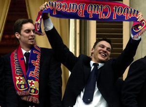 Gasol y Jasikevicius celebran la Liga del 2001 en el Ayuntamiento de Barcelona.