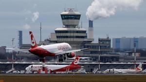 Un avión de la compañía Air Berlin despega del aeropuerto berlinés de Tegel.
