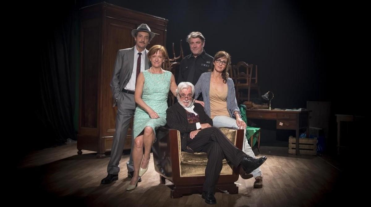 El equipo. De izquierda a derecha, Ramon Madaula, Rosa Renom, Lluís Marco (en la butaca), Pere Arquillué, y la directora, Sílvia Munt.
