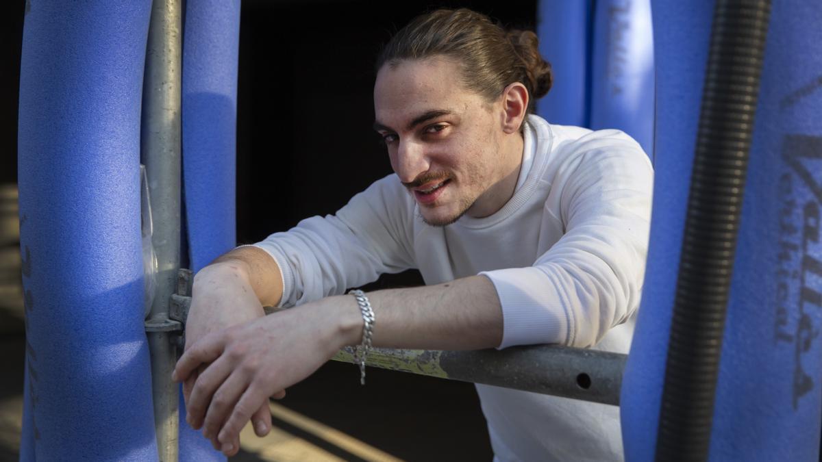 El rapero Trapani posa en un andamio de Barcelona