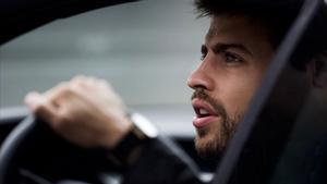 Gerard Piqué abandona un entreno en su coche. Un juzgado de Barcelona ha abiertodiligencias al jugador del Barça.