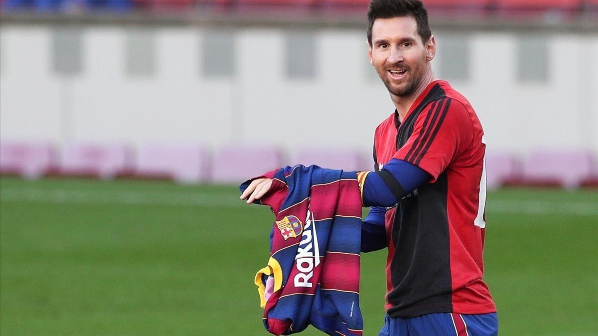 Messi tras mostrar la camiseta de Newell's.