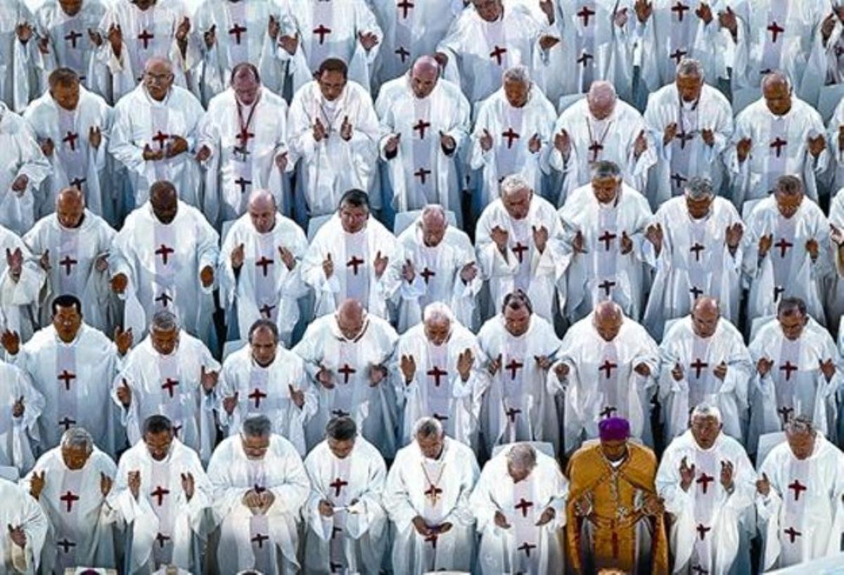 Algunos de los 8.000 sacerdotes que concelebraron la eucaristía en la misa.