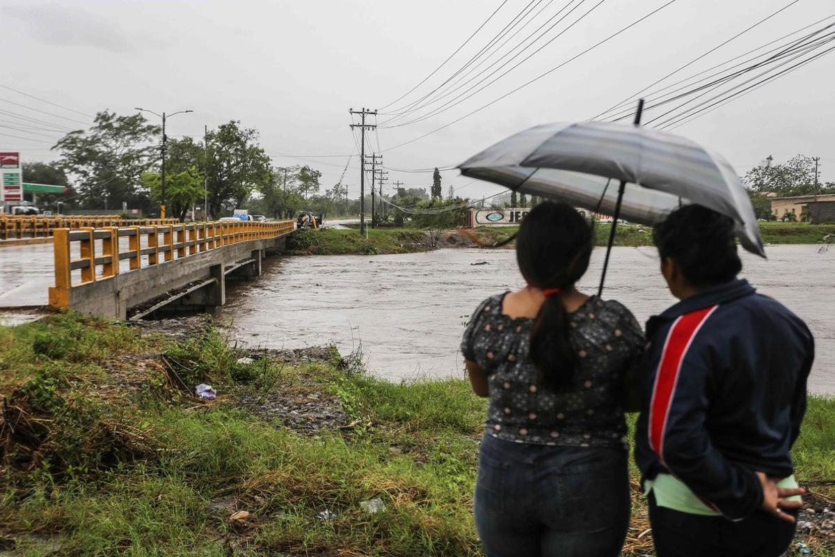 Se prevé que la tormenta salga a primeras horas del miércoles al Pacífico por el extremo oriental de El Salvador.