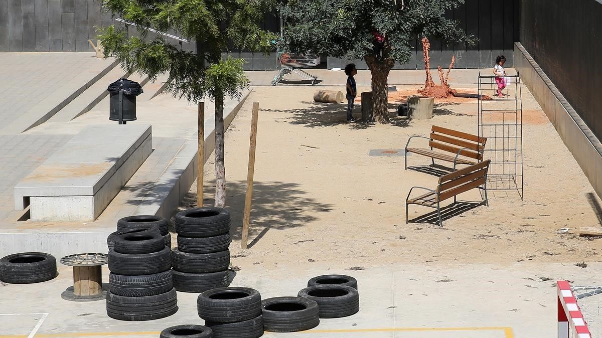 Patio de la escuela Els Encants, en el Eixample, junto a la que se está construyendo la guardería del mismo nombre, este viernes.
