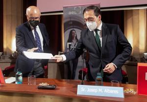 El ministro de Asuntos Exteriores, José Manuel Albares, y el exlíder de Unió Josep Antoni Duran Lleida, este viernes durante la inauguración de las sesiones del programa de liderazgo para la Europa del Siglo XXI organizado por la Academia Europea Leadership.