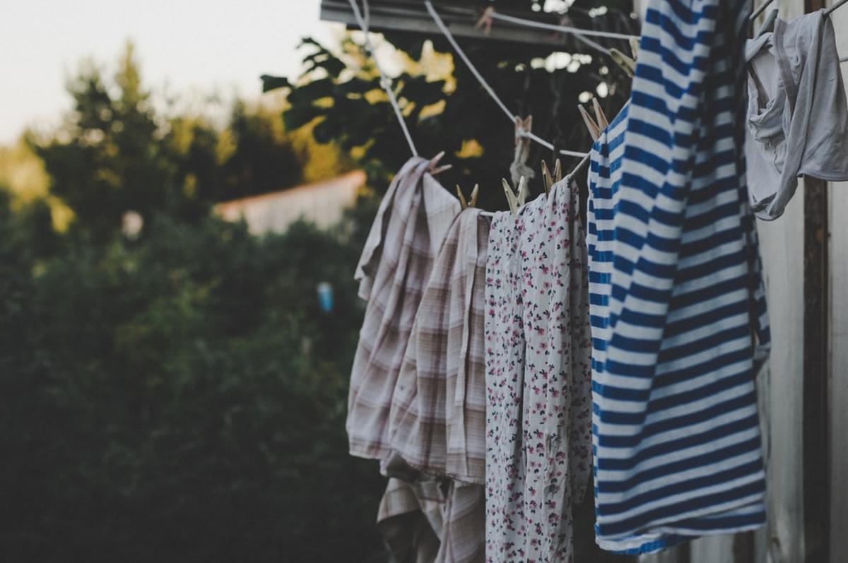 Tareas como tender la ropa suelen recaer en las mujeres.