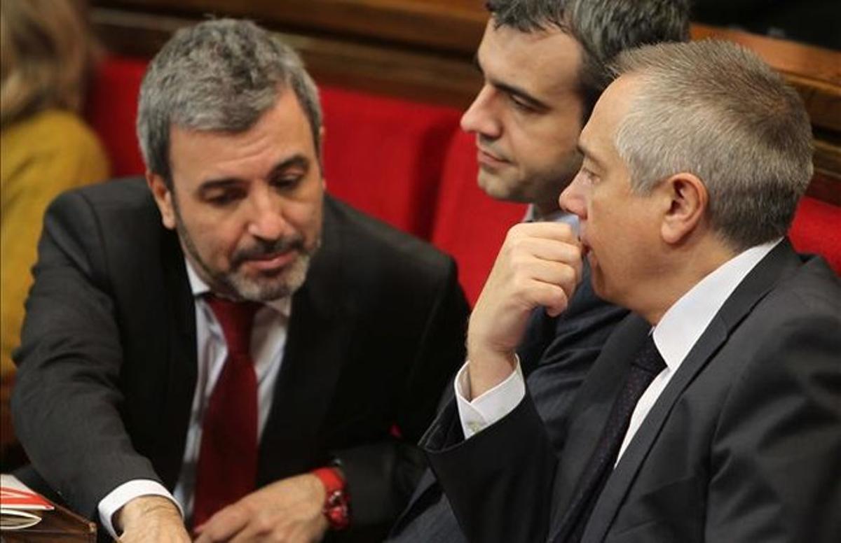 De izquierda a derecha, los diputados del PSC Jaume Collboni y Maurici Lucena y el primer secretario, Pere Navarro. EFE / TONI ALBIR