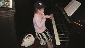 Eilish, con 6 años, tocando en el piano familiar y cantando con un micrófono de juguete.