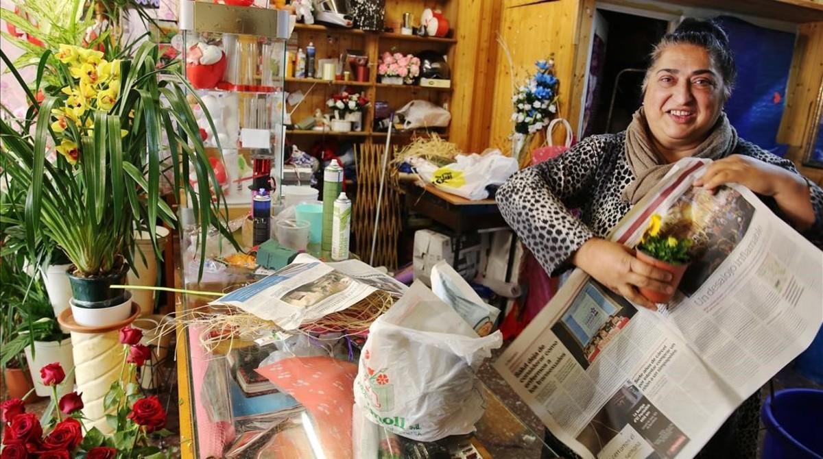 Bienvenida Díaz, quien regenta una floristería en el barrio de Roquetes, esta semana.