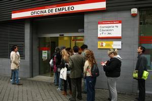 Imagen de archivo de desempleados en la cola de la oficina de empleo en Madrid