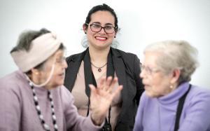 Rafuls, en compañía de dos mujeres beneficiarias de Amics de la gent gran.
