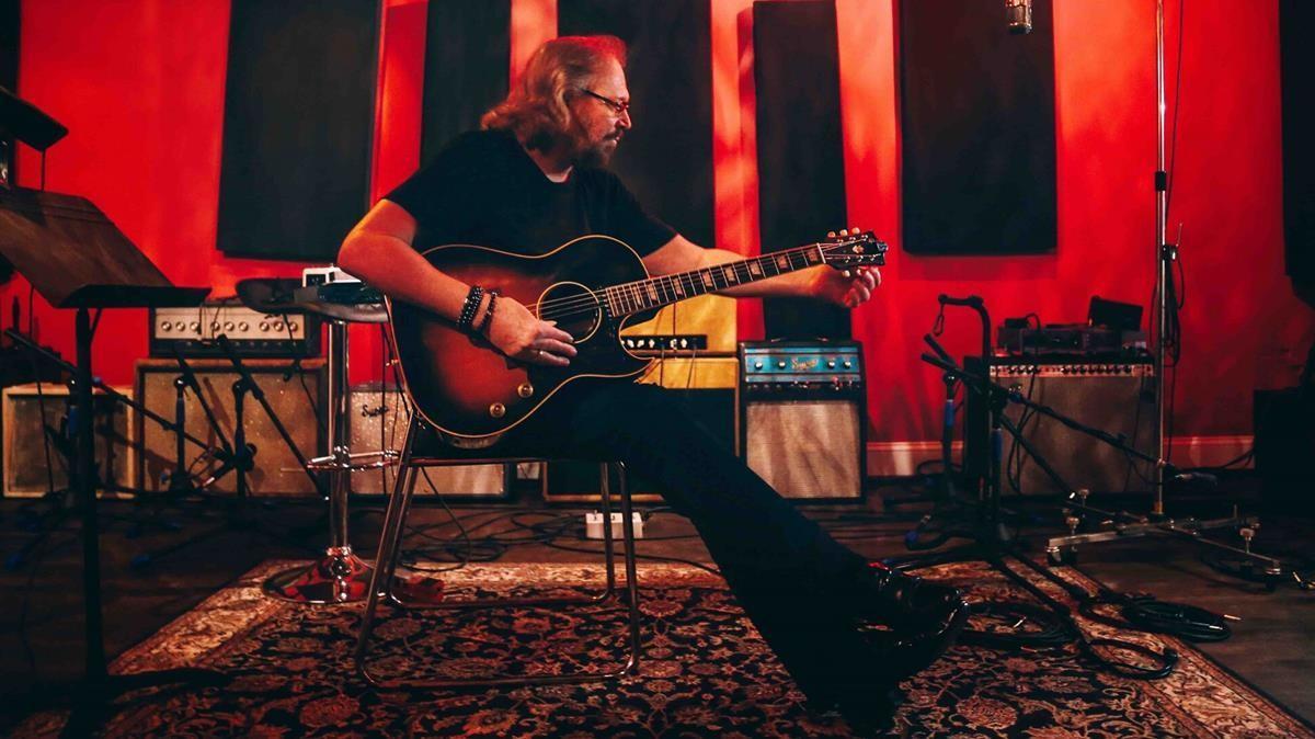 El músico Barry Gibb en el estudio de grabación.