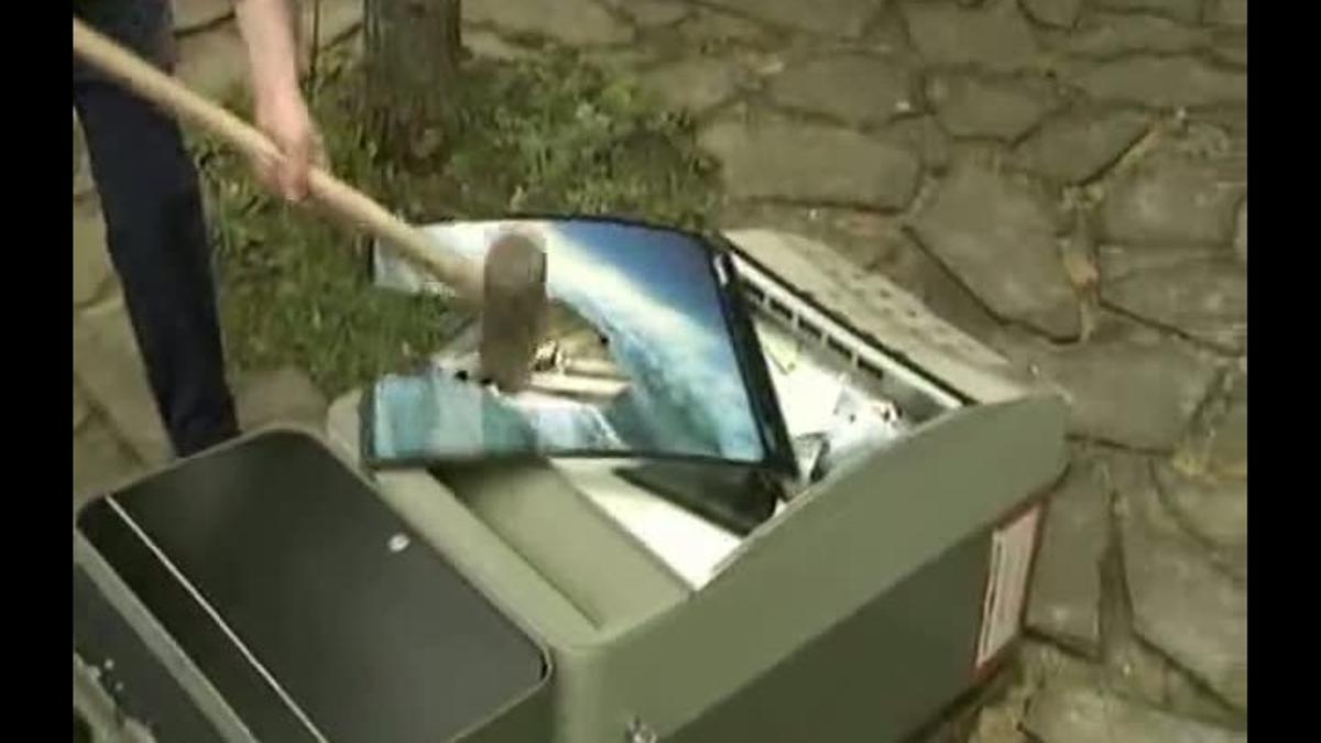 Un hostelero vasco demuestra su desacuerdo con la nueva ley antitabaco destrozando una máquina expendedora.