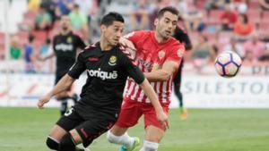 Bouzón disputa el balón con un jugador del Almería.