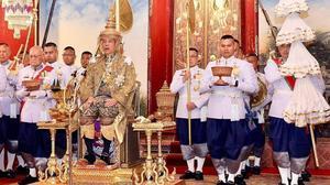 El rey Vajiralongkornya coronado.