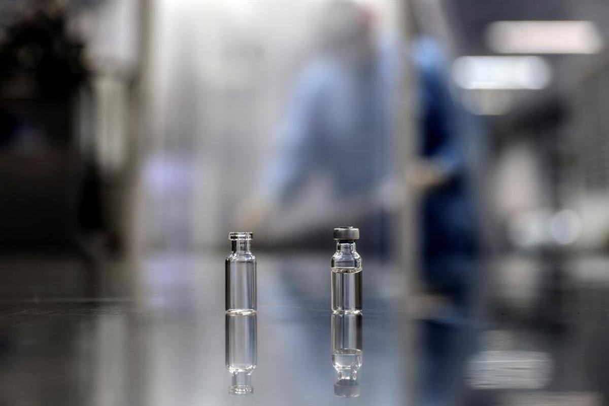 Dos ampollas con muestras de la vacuna contra la covid-19 de Sinopharm.